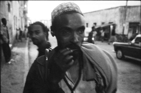 Passant dans une rue de Dire Dawa en Ethiopie
