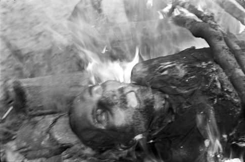 Dépouille sur bûcher en feu à Bénarès