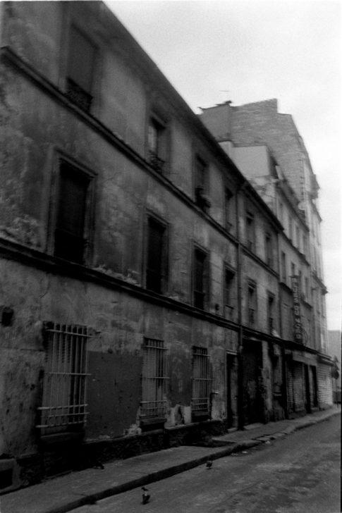 Rue et bâtiments en décrépitude dans le nord de Paris.