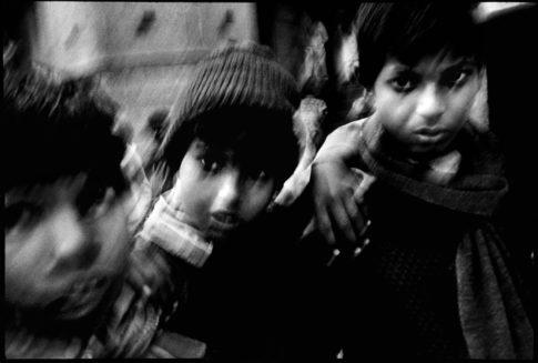 Adolescents sur le champ de crémation.