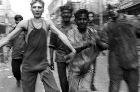 Jeunes adultes en goguette dans une rue de Bénarès.