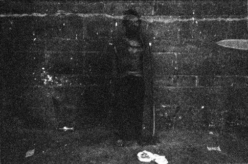 Homme seul contre un mur.