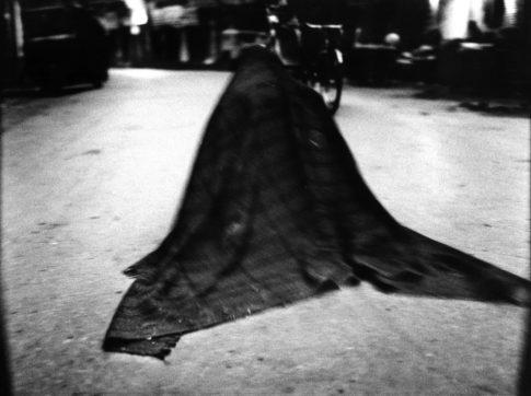 Mendiant dans sa couverture.