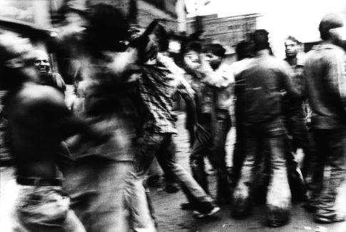 Danse dans une rue du quartier des crémations.