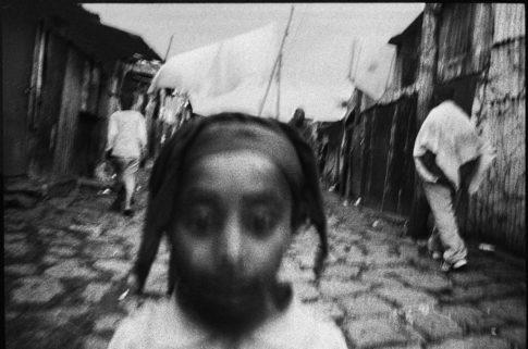 Petite fille dans une rue du Mercato d'Addis.