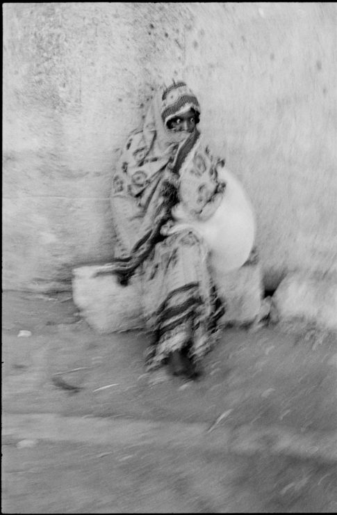 Femme assise dans Harar.