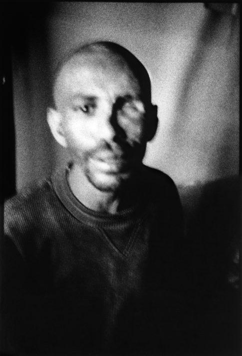Jeune homme dans un débit de tedj (hydromel éthiopien).