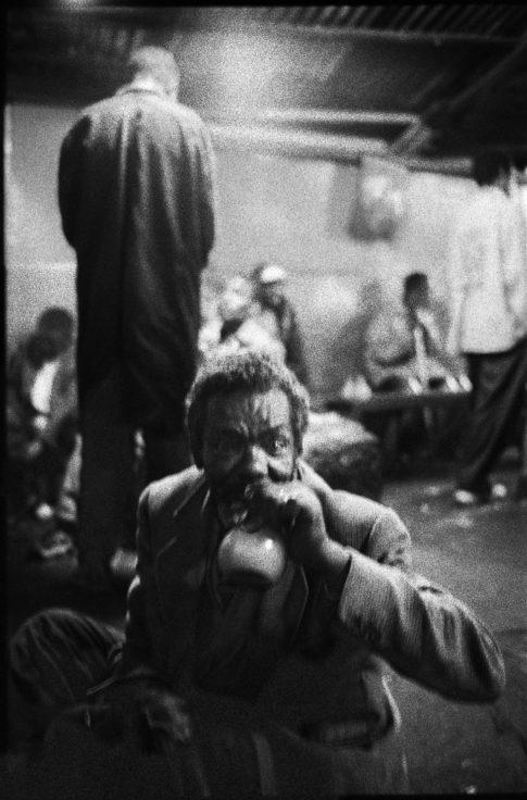 Homme ivre dans un débat de tedj d'Addis Abeba.