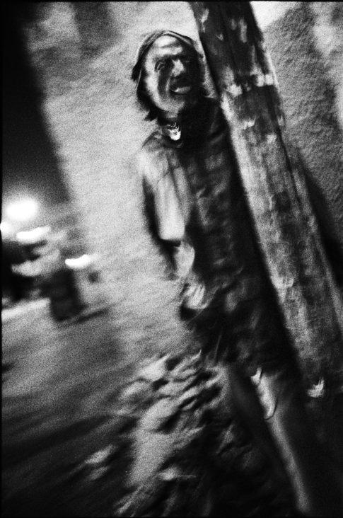 Homme en attente la nuit dans Jimma.