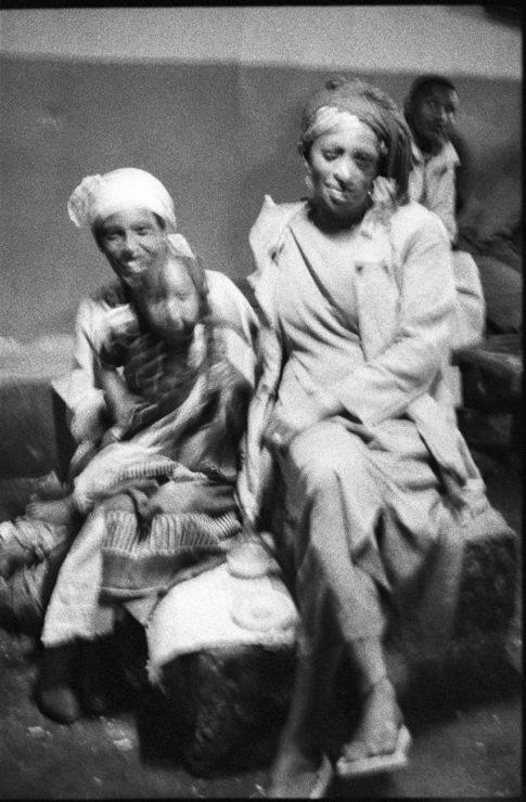 Femmes et enfants dans un débit de tedj d'Addis Abeba.