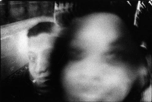 Couple dans une rame de métro.