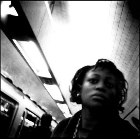 Tête de femme dans le métro.