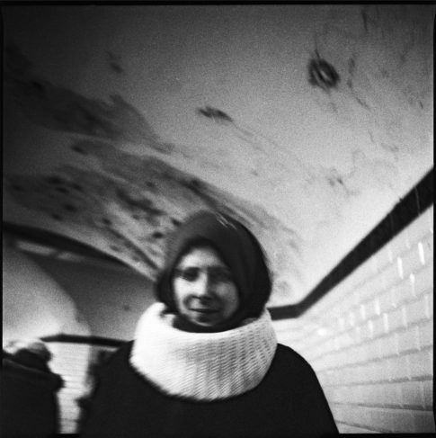 Femme dans un couloir du métro.