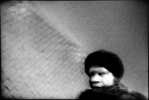Femme en chapka dans le métro.