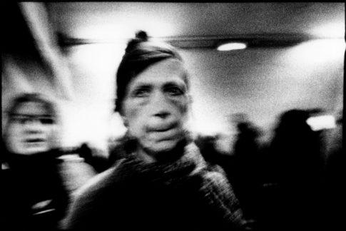 Femmes dans le métro.