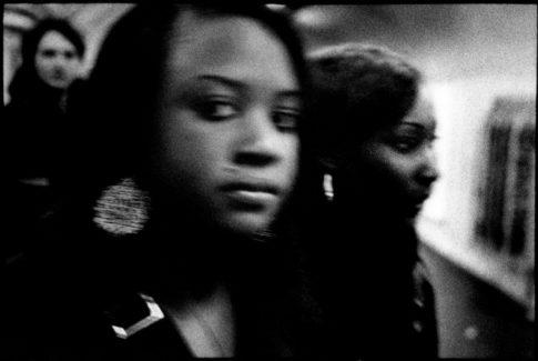 Filles dans les couloirs du métro.