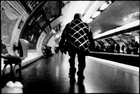 Homme de dos dans le métro.