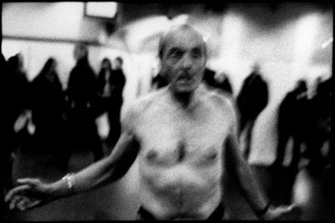 Homme torse nu dans le métro.