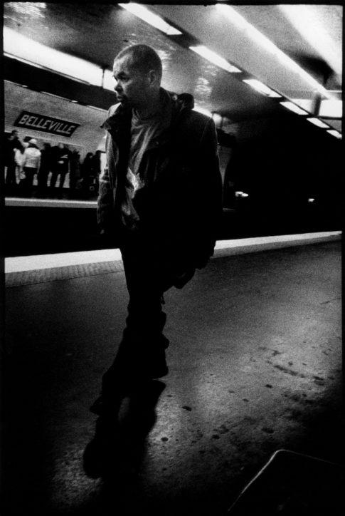 Homme sur le quai dans la station Belleville.