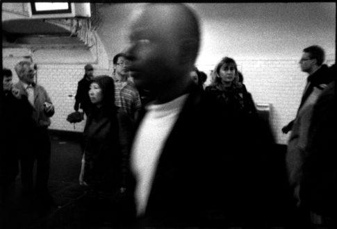 Hommes et femmes dans un couloir du métro.