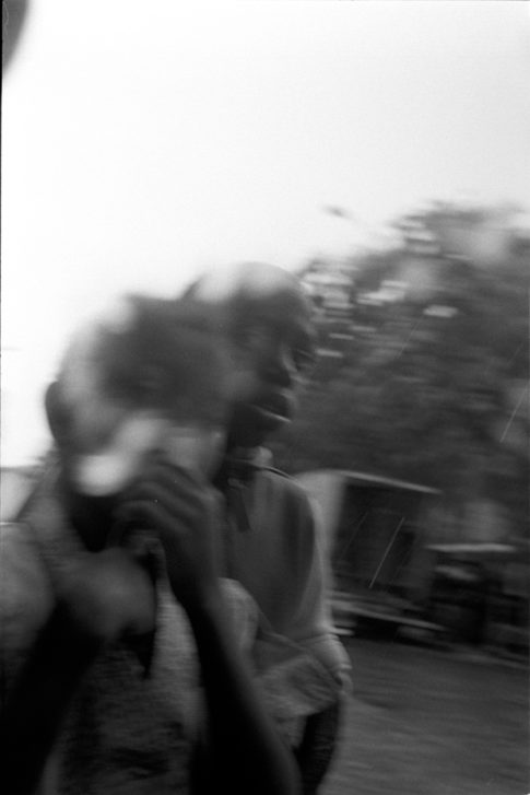 Deux enfants sur le boulevard de Belleville à Paris.