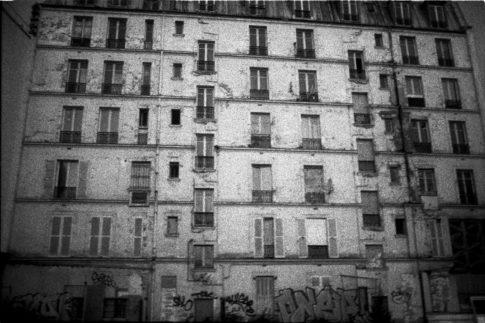 Façade d'un immeuble défraichi dans Paris.