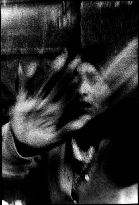 Femme qui fait non de la main à Paris.