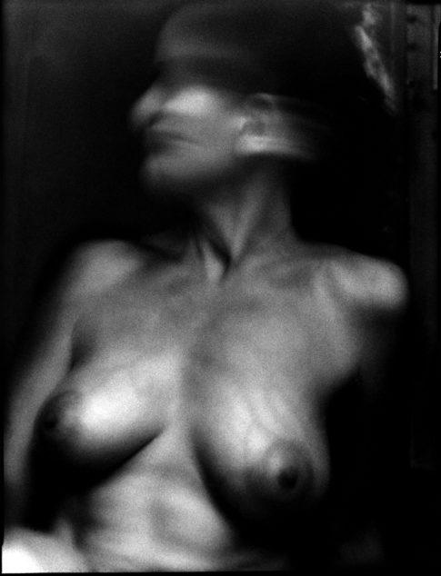 Femme aux seins nus.