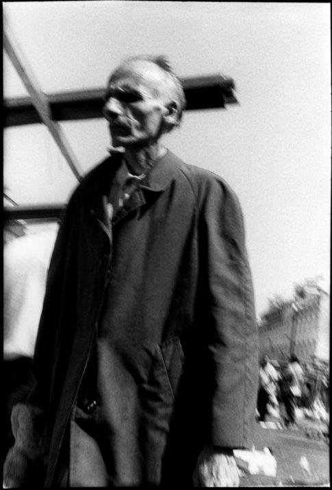 Homme maigre sur le marché de Belleville à Paris.