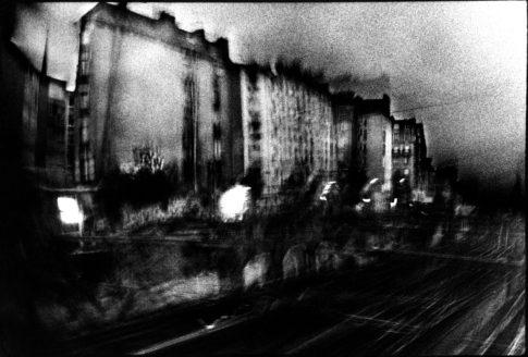 Immeubles au bord des voies ferrées à Paris.