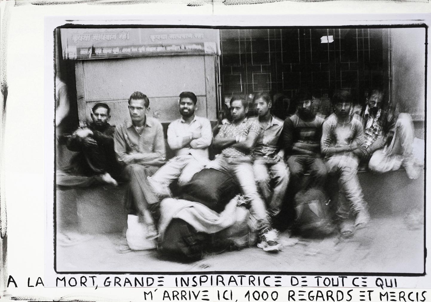 Groupe d'hommes assis près de le gare de Hyderabad en Inde